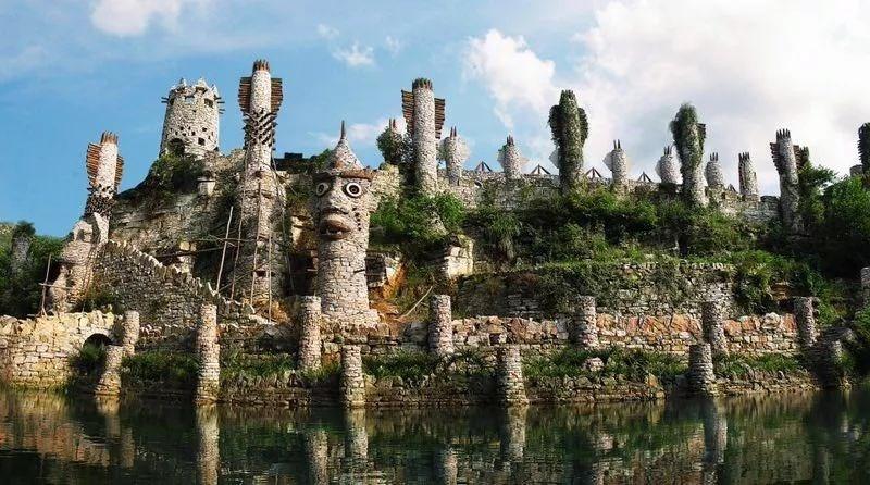 """现代版""""愚公移山"""":贵州老人用石头搭起自己的梦想城堡"""